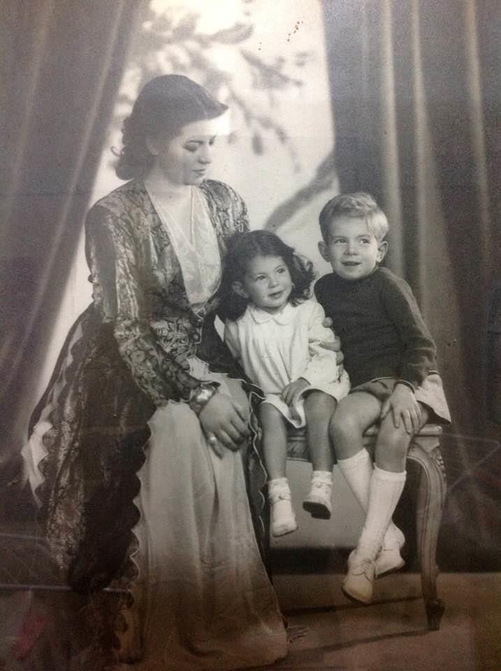 حسن كامي وشقيقته ووالدتهما