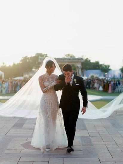 بريانكا شوبرا تتألق بفستان زفاف ملكي