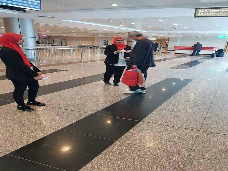 مصر للطيران توزع هدايا الفلانتين علي المسافريين