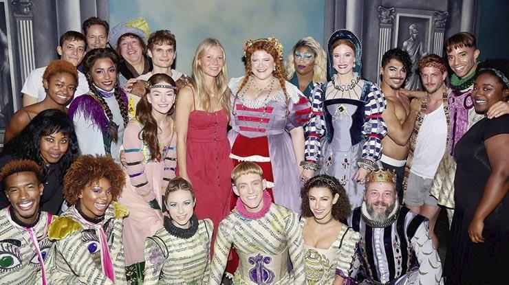 جوينيث مع فريق عمل المسرحية