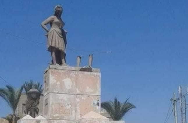 قاعدة تمثال بائع العرقسوس خالية