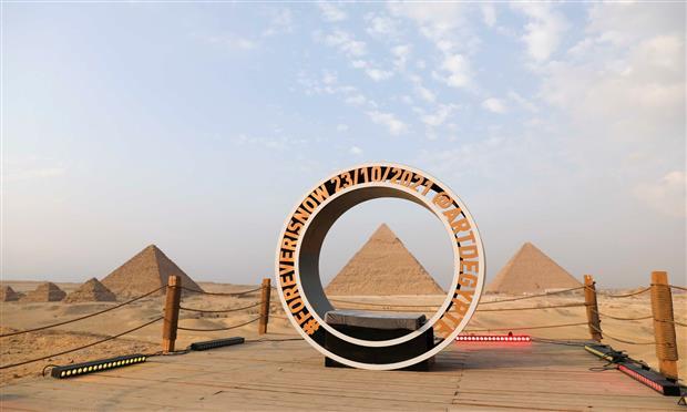 شعار النسخة الربعة من آرت دي إيجيبت أمام أهرامات الجيزة