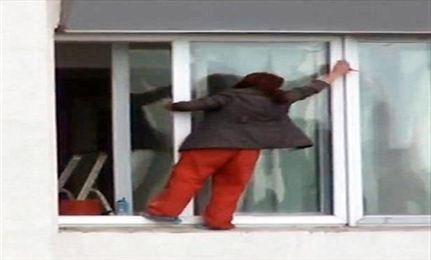 فيديو سيدة تقفز من النافذة محاولة تنظيفها !!