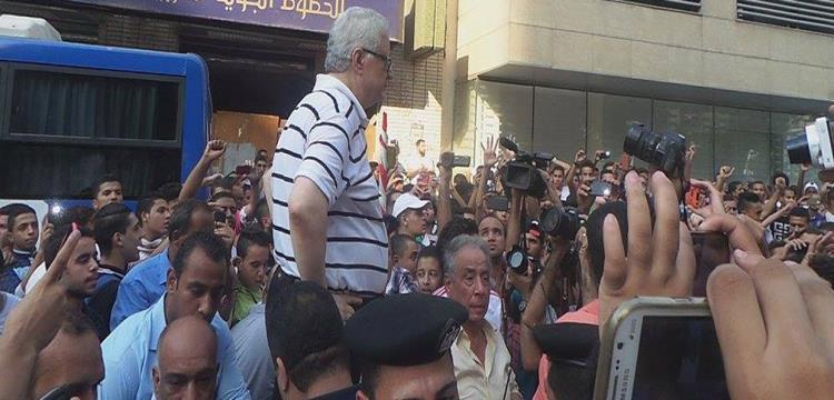 مرتضى منصور أثناء التفاوض مع الجمهور