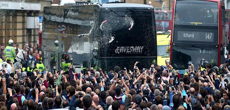 حافلة اليونايتد وسط حصار من جماهير وست هام