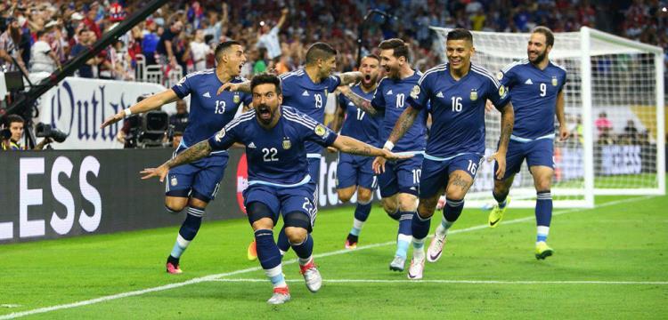 لاعبو الأرجنتين يحتفلون بالتقدم