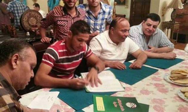زيكا أثناء توقيع عقود انتقاله للإسماعيلي