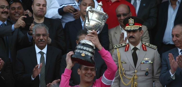 عبدالواحد السيد يرفع كأس مصر