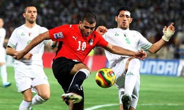 صورة أرشيفية من المباراة الفاصلة بين مصر والجزائر بتصفيات مونديال 2010