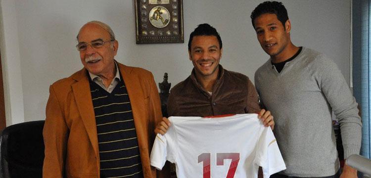 صورة لأحمد على كمال درويش أثناء التوقيع مع عمر جمال
