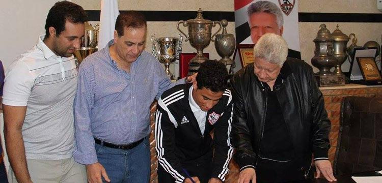 أحمد توفيق وهو يوقع عقده الجديد مع الزمالك