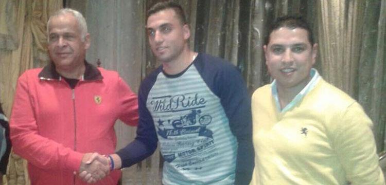عمر بسام مع رئيس سموحة بعد التوقيع الرسمي