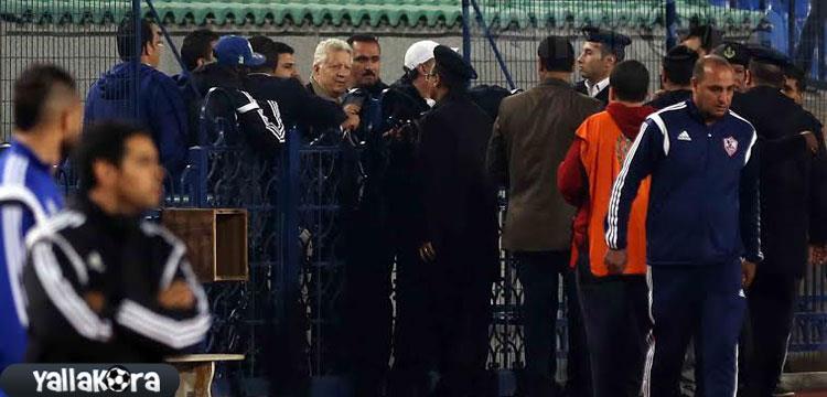 محاولة منصور دخول ملعب المباراة