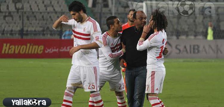 إسماعيل يوسف مع لاعبي الزمالك في لقطة أرشيفية