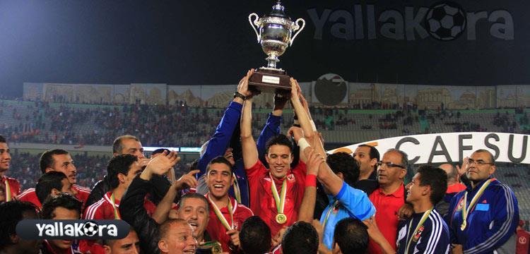 جدو يحمل كأس السوبر الإفريقي مع لاعبي الأهلي