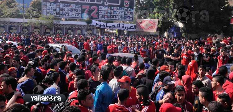 جماهير الأهلي أمام مقر النادي