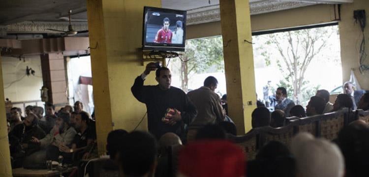 صورة ارشيفية - جماهير الاهلي تتابع مباراة لفريقهم على احدى المقاهي