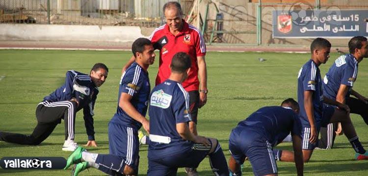 فتحي مبروك في المران الأخير مع لاعبي الأهلي قبل مواجهة سموحة