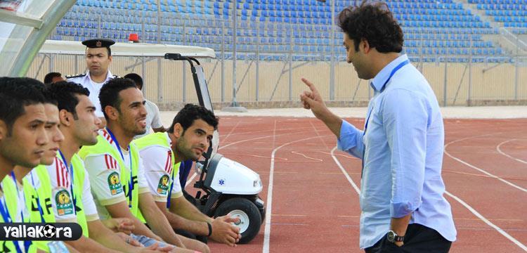 ميدو يتحدث مع لاعبيه قبل مباراة الزمالك والهلال