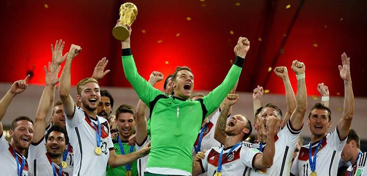 مانويل نوير حارس مرمى ألمانيا يحمل كأس العالم