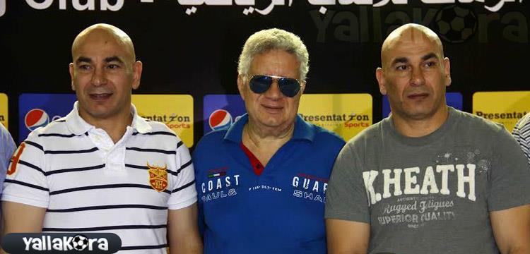 مرتضى منصور يتوسط حسام وابراهيم حسن