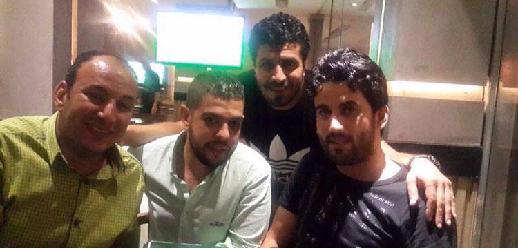 محمود فتح الله أثناء التوقيع لطلائع الجيش
