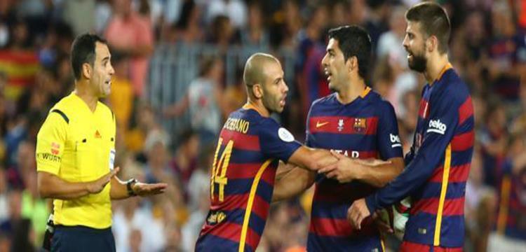 كارلوس في مواجهة سواريز ولاعبي برشلونة