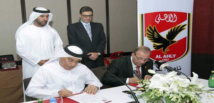 لحظة توقيع الاتفاقية بين الأهلي المصري وأهلي دبي الإماراتي