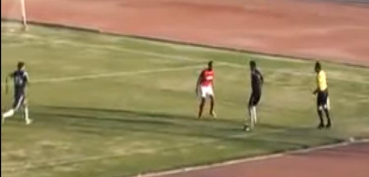 لاعب سوهاج يقف على الكرة