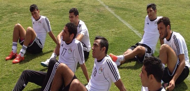 أحمد فتحي مع لاعبي المنتخب في مران الثلاثاء