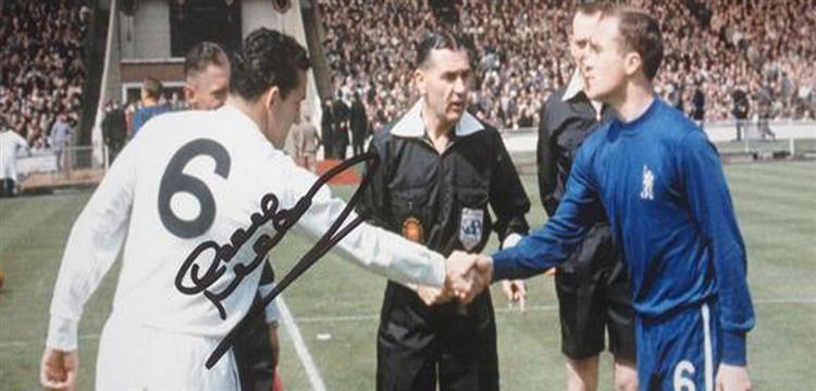 ماكاي يصافح رون هاريس شقيق مدرب الأهلي آلان هاريس قبل نهائي كأس 67