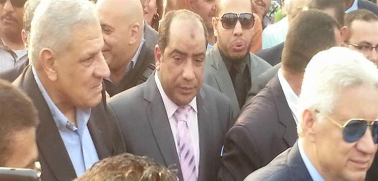 إبراهيم محلب وسط الحشد الذي كان في استقباله بنادي الزمالك