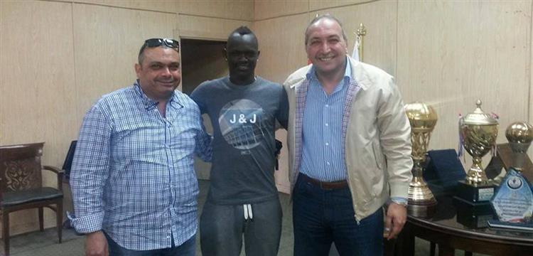 أوميد أوكيري يتوسط محمود مشالي وهشام حسن