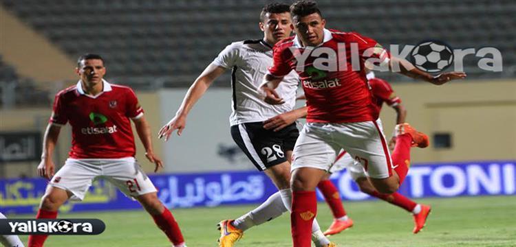 محمود حمدي مدافع الجيش وسط تريزيجية وأحمد عبد الظاهر لاعبا الأهلي