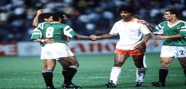 لاعبو منتخب مصر مع ريكارد نجم هولندا في لقطة من المباراة