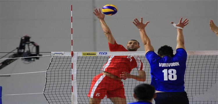 أحمد قطب لاعب منتخب مصر في لقطة من المباراة