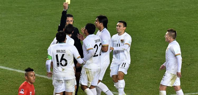 لاعبو بوليفيا يعترضون على الحكم الكولومبي
