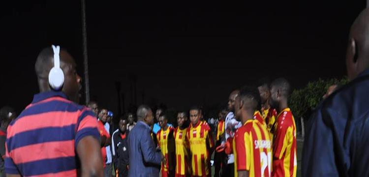 رئيس سانجا مع اللاعبين
