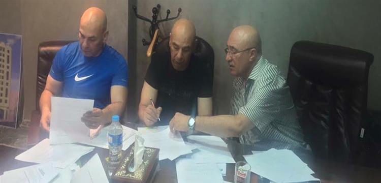 حسام حسن أثناء توقيعه للنادي المصري