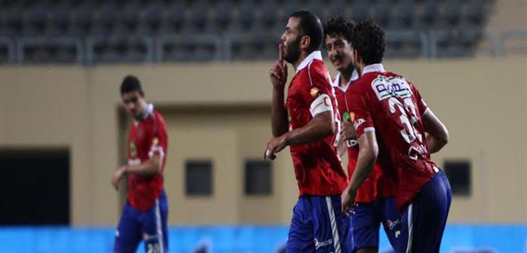 عماد متعب في صورة أرشيفية مع لاعبي الأهلي