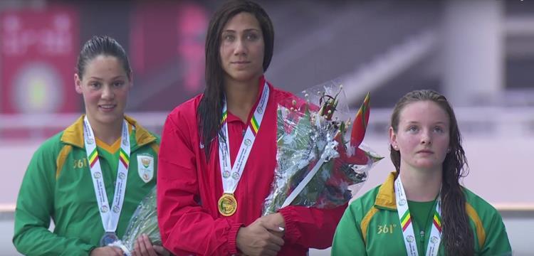السباحة فريدة عثمان لحظة تتويجها بالذهبية