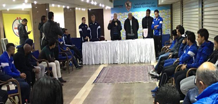 مرتضى منصور في جلسته مع اللاعبين