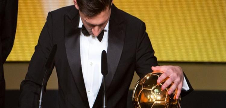 ليونيل ميسي مع الكرة الذهبية