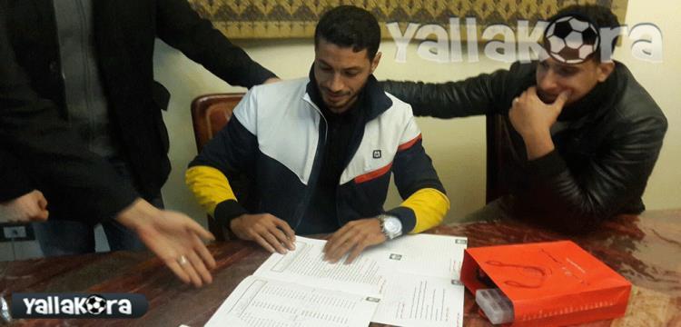 شريف عبد الفضيل لحظة توقيعه للإسماعيلي