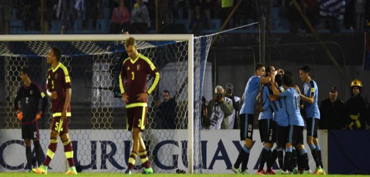 لاعبو أوروجواي يحتفلون بالتقدم أمام فنزويلا