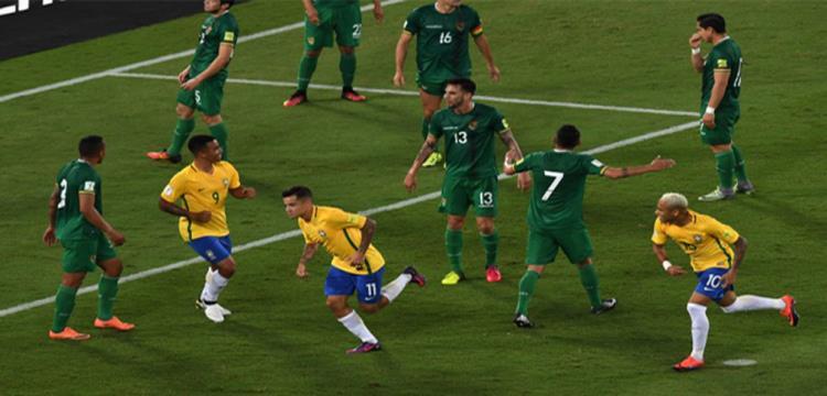 لاعبو البرازيل يحتفلون بأحد أهدافهم في بوليفيا