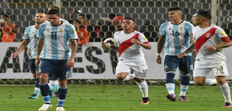 لقطة من مباراة بيرو والأرجنتين