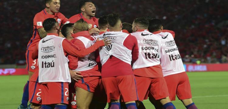 لاعبو تشيلي يحتفلون بالفوز