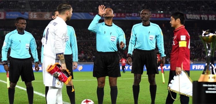 راموس مع الحكم الزامبي قبل بداية المباراة