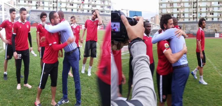 جيلبرتو مع لاعبي الأهلي في أنجولا